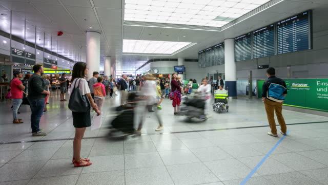 4 K Zeitraffer: Menschenmenge in der Ankunftshalle am Flughafen München