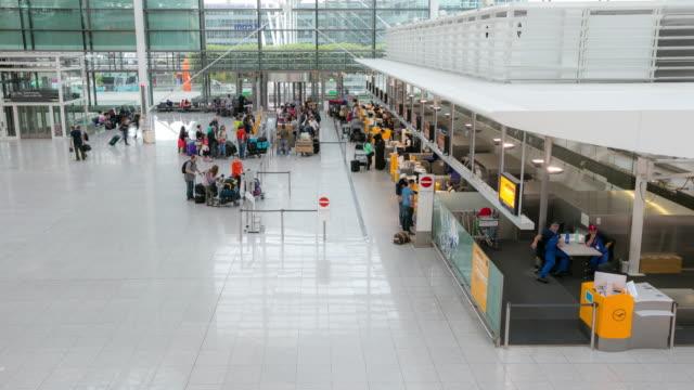 4 K Zeitraffer: Menschenmenge in der Abflughalle am Flughafen München