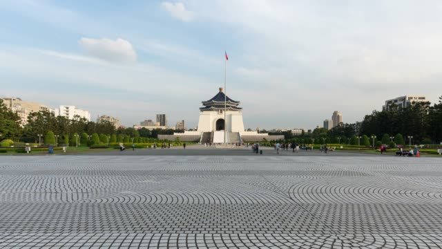 4k time-lapse: traveler crowd at national chiang kai-shek memorial hall,taiwan, zoom in shot - chiang kaishek memorial hall stock videos & royalty-free footage