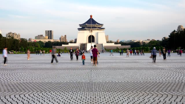 4k time-lapse: traveler crowd at national chiang kai-shek memorial hall,taiwan. zoom out shot - chiang kaishek memorial hall stock videos & royalty-free footage