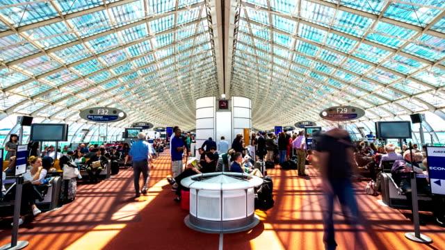vídeos de stock e filmes b-roll de hd timelapse: multidão na sala de espera do aeroporto de paris - frança