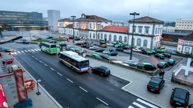 """vídeos de stock, filmes e b-roll de hd """": viajantes s'aglomeram no corredor de estação de trem porto, portugal - veículo terrestre comercial"""