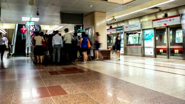 hd-zeitraffer: menschenmenge in der u-bahn in singapur - fahrzeug fahren stock-videos und b-roll-filmmaterial