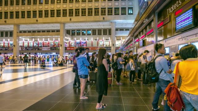 台北駅で時間経過: 旅行者群集