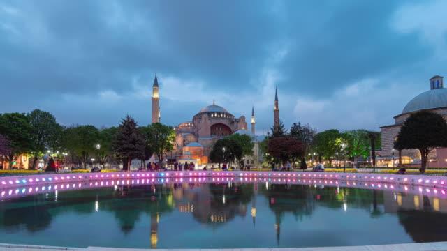 vídeos y material grabado en eventos de stock de timelapse: viajero público en la mezquita de santa sofía por la noche, estambul, turquía - gran bazar