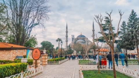 タイムラプストラベラー群衆ブルーモスクスルタンアフメットカミイ旧市街広場、イスタンブールトルコ - スルタンアフメト・モスク点の映像素材/bロール