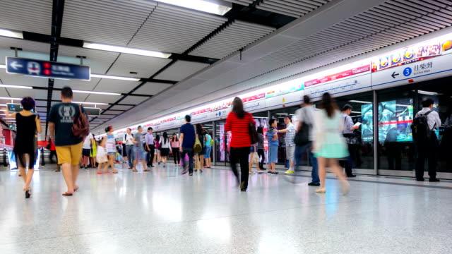"vídeos de stock e filmes b-roll de hd ""time-lapse"": multidão de comboio de metropolitano em hong kong - hd format"