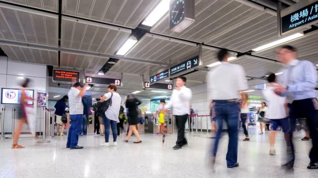 vídeos y material grabado en eventos de stock de hd time-lapse:  metro de la estación de tren de multitud de viajeros en hong kong - transporte público
