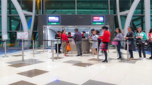 zeitraffer: traveler tourist am gate des flughafens von hong kong - passenger stock-videos und b-roll-filmmaterial