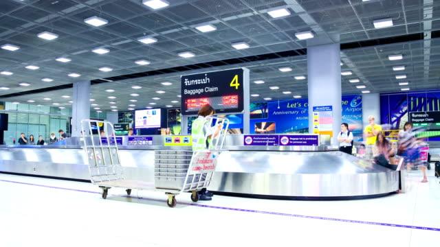 HD-Zeitraffer: Geschäftsreisende heben Ihre Gepäckstücken vom Flughafen Gürtel