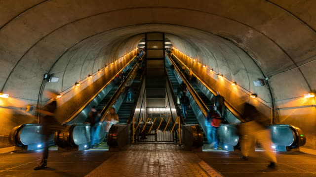 vídeos de stock e filmes b-roll de time-lapse: traveller pedestrian crowded at escalator in subway metro station in washington dc usa - degraus