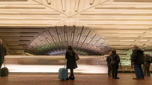 vidéos et rushes de time-lapse: voyageur piétons entassés dans le métro de washington dc usa - quai de gare