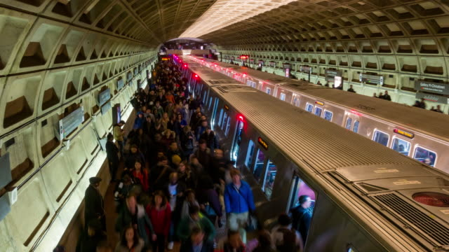 vídeos de stock e filmes b-roll de time-lapse: traveller pedestrian crowded at subway metro in washington dc usa - washington dc