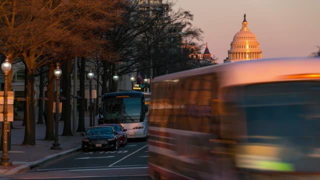 vídeos de stock e filmes b-roll de time-lapse: us capitol building with transportation light from freedom square in washington dc, usa at sunset twilight - authority