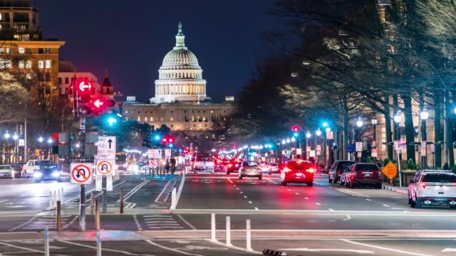 vídeos de stock, filmes e b-roll de time-lapse: edifício do capitólio dos eua com luz de transporte da freedom square em washington dc, eua ao pôr do sol crepúsculo - pennsylvania avenue