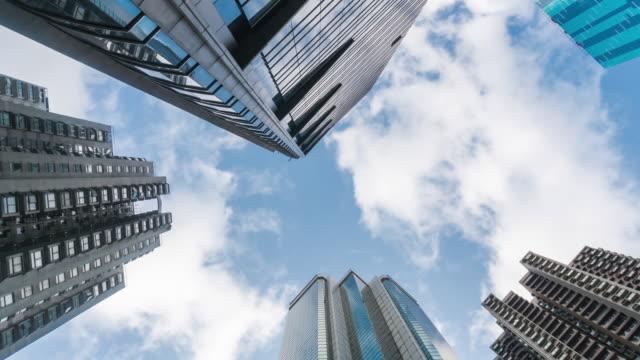 time-lapse: vertikalansicht von hochhausbauten im stadtbild hongkongs - high dynamic range imaging stock-videos und b-roll-filmmaterial