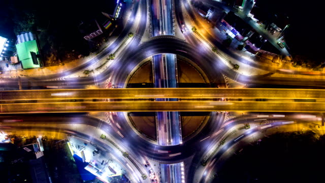 vídeos de stock e filmes b-roll de time-lapse video: amazing night traffic on circle, overhead shot - time lapse de trânsito