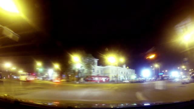 vidéos et rushes de timelapse de la vidéo. ville de route de nuit - limousine voiture