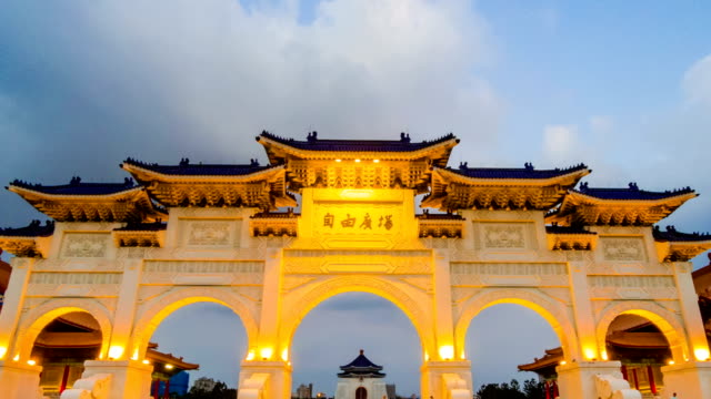 timelapse video day to night of the main gate of national chiang kai-shek memorial hall, taipei, taiwan - chiang kaishek memorial hall stock videos & royalty-free footage