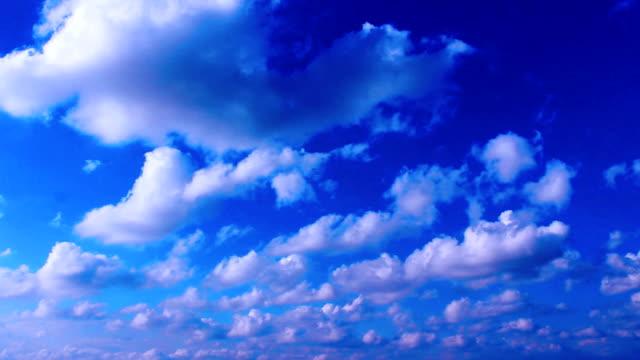vídeos de stock e filmes b-roll de vídeo timelapse de nuvens no céu - ensolarado