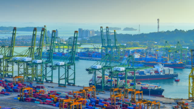 vídeos de stock e filmes b-roll de 4k time-lapse video of container cargo freight ship with working crane loading bridge in singapore port - cais estrutura feita pelo homem