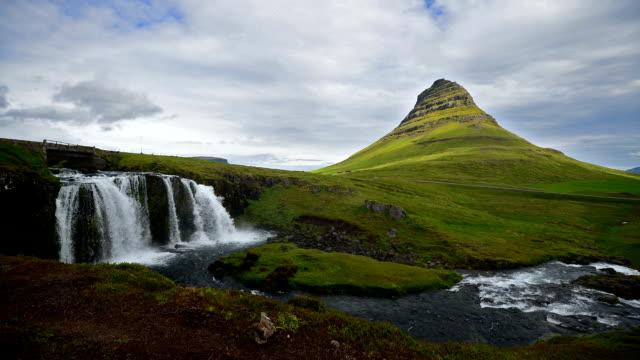 vídeos y material grabado en eventos de stock de timelapse video of moving cloud y agua en kirkjufell, islandia - volcán extinguido