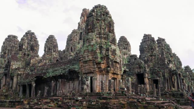 vidéos et rushes de timelapse vue d'un temple de bayon à angkor wat - lieu de culte