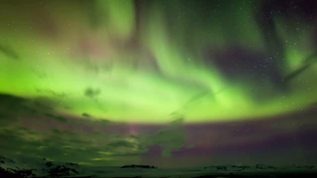 vídeos de stock e filmes b-roll de time-lapse view of aurora near kirkjufell mountain in iceland - aurora polar
