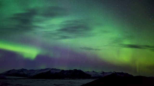 vídeos de stock, filmes e b-roll de time-lapse view of aurora near kirkjufell mountain in iceland - 30 segundos ou mais