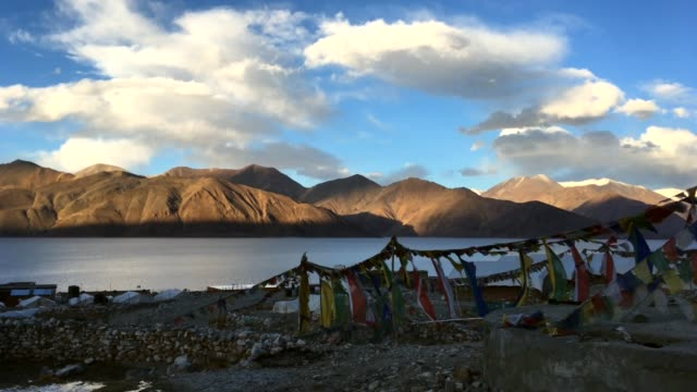 timelapse view of mountains with pangong tso (lake) and blue sky, leh ladakh, jammu and kashmir, india. 4k resolution. - sunshine lake bildbanksvideor och videomaterial från bakom kulisserna