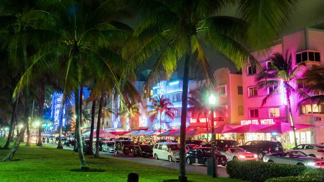 オーシャンドライブのタイムラプスビューは、多くの観光のための人気の場所 - マイアミビーチ点の映像素材/bロール