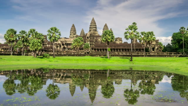 vídeos de stock e filmes b-roll de timelapse view of the afternoon light dropping at angkor wat - camboja