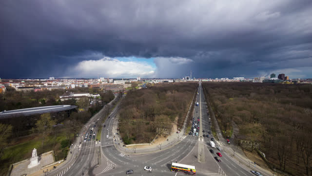 timelapse view over the brandenburger gate - rathaus stock videos & royalty-free footage