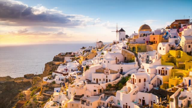 vídeos de stock e filmes b-roll de hd timelapse : village oia on santorini island, greece - greece
