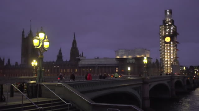 timelapse westminster bridge and houses of parliament changing from night to day - westminster bridge stock-videos und b-roll-filmmaterial