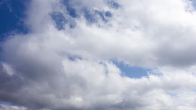 vidéos et rushes de time-lapse nuages blancs - ciel seulement