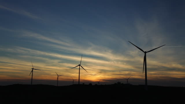 timelapse windmills silhouette - andalusien stock-videos und b-roll-filmmaterial