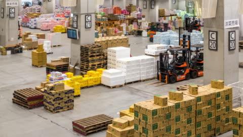 stockvideo's en b-roll-footage met time-lapse: werken in het magazijn van toyosu wholesale fish market tokyo japan - distribution warehouse