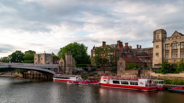 time-lapse: york stadsbilden längs floden ouse, york yorkshire england uk. - yorkshire bildbanksvideor och videomaterial från bakom kulisserna