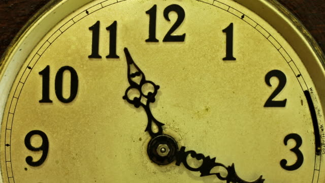 stockvideo's en b-roll-footage met timelapse zoom in and track up across the face of an old clock - klok