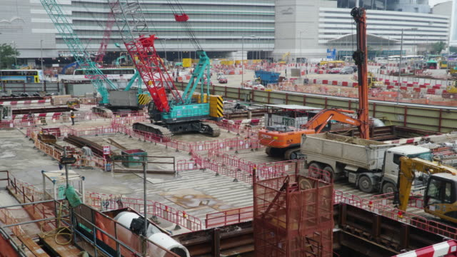 timelapse zoom in: construction site working in day time. - esposizione lunga video stock e b–roll