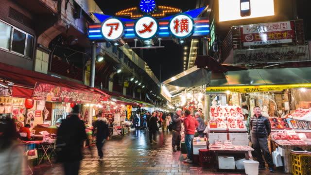 vídeos de stock, filmes e b-roll de lapso de tempo 4k: zoom no rush horas de pedestres lotados compras no mercado de ameyoko perto da estação ueno tóquio - cultura do leste da ásia