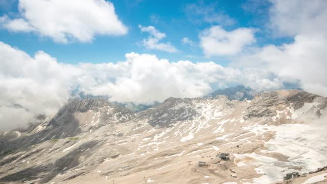 vídeos de stock, filmes e b-roll de 4 k de tempo (time-lapse): alpina paisagem de montanha zugspitze alpes topo da alemanha - montanha zugspitze