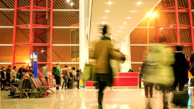 """vídeos de stock e filmes b-roll de hd time-lapse """": os passageiros no aeroporto de verificação no balcão da bilheteira - pessoas em fila"""