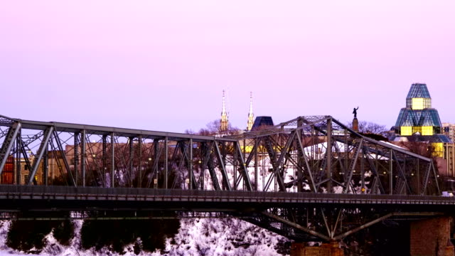 時間の経過: アレクサンドラ・ブリッジとオタワ川 - ケベック州点の映像素材/bロール