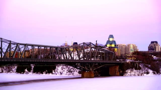 vídeos y material grabado en eventos de stock de time-lapse: el puente alexandra y el río ottawa - río ottawa