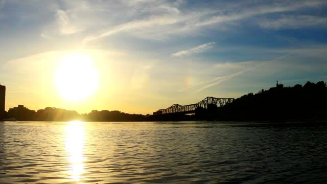 vídeos y material grabado en eventos de stock de tiempo-lapso: alexandra puente al atardecer - río ottawa