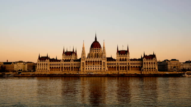 stockvideo's en b-roll-footage met time-lapse:boedapest, hongarije - hongaars parlementsgebouw en donaurivier - boedapest