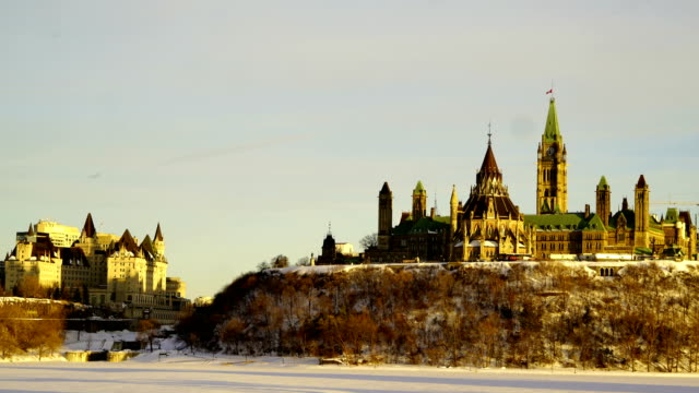 Zeitraffer: Kanadisches Parlament Hill von über den Ottawa-Fluss während