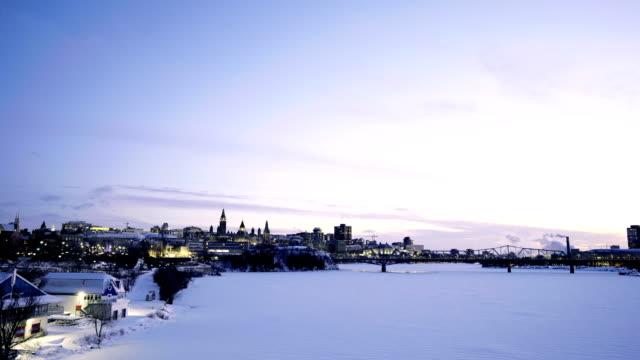 vídeos de stock e filmes b-roll de time-lapse:canadian parliament hill viewed from across ottawa river during - parliament hill ottawa